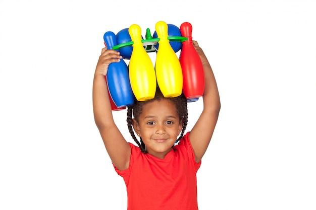 Bambina africana con con una partita di bowling in testa