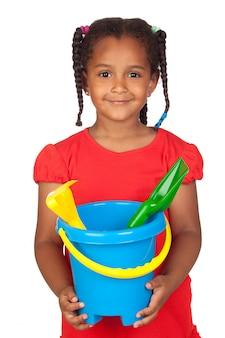 Bambina africana con giocattoli da spiaggia