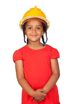Bambina africana con un casco giallo