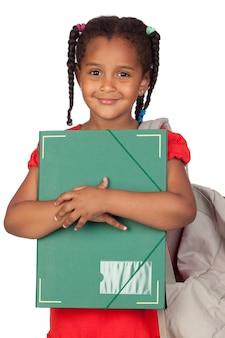 Bambina africana con una cartella e uno zaino