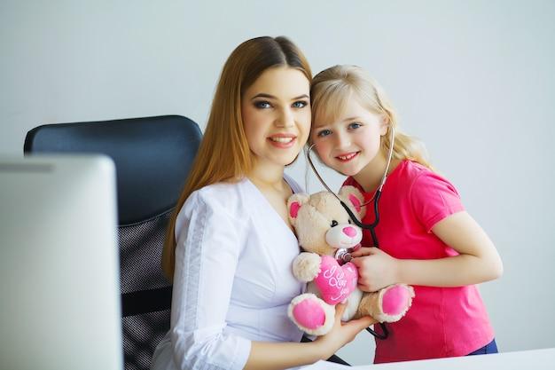 Bambina al medico per un esame di controllo