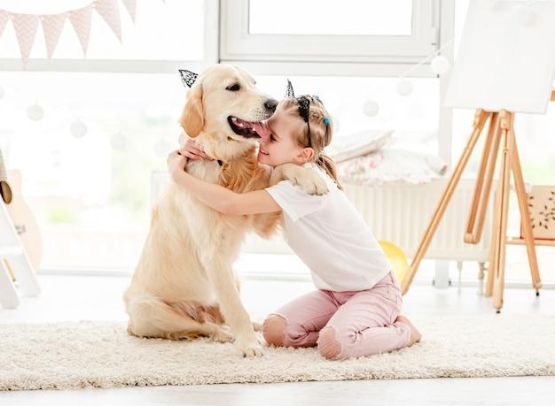 Bambina allegra con cane carino
