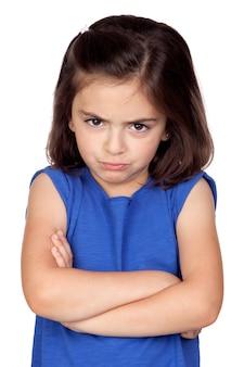 Bambina arrabbiata isolata su un fondo bianco eccessivo