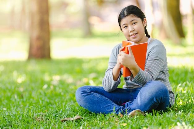 Bambina asiatica adolescente