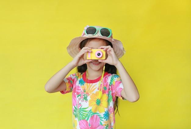 Bambina asiatica che cattura le foto