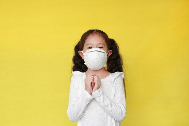 Bambina asiatica che indossa una maschera