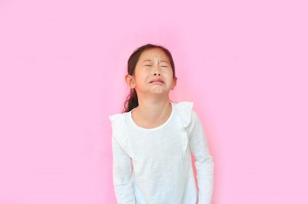 Bambina asiatica che piange