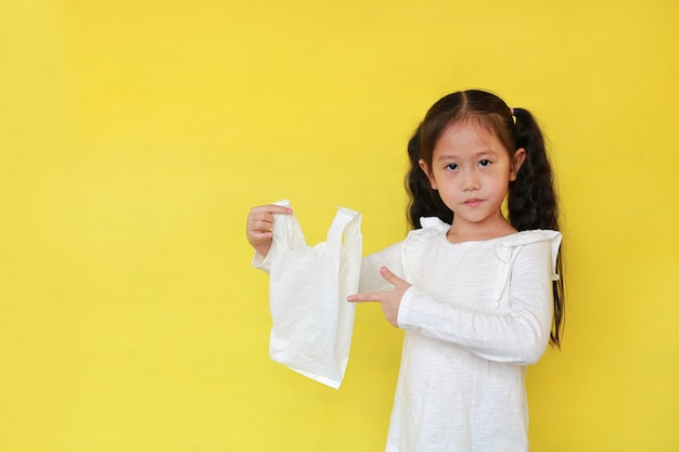 Bambina asiatica che tiene il sacchetto di plastica