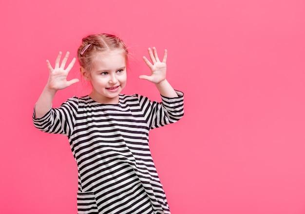 Bambina bionda che mostra le sue palme