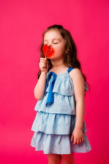 Bambina bruna su sfondo rosa sorridente