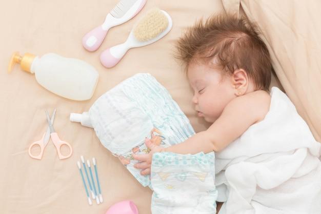 Bambina carina che dorme in modo sicuro.