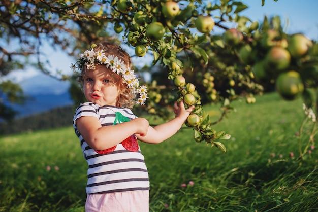Bambina carina con una corona in testa