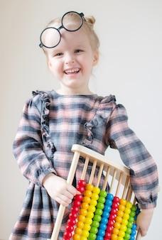 Bambina caucasica con gli occhiali rotondi.