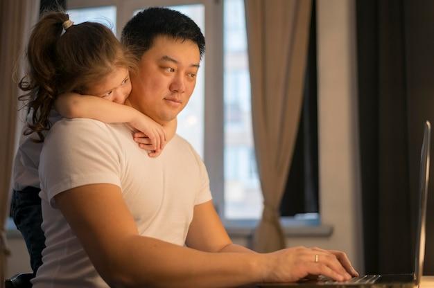 Bambina che abbraccia il padre