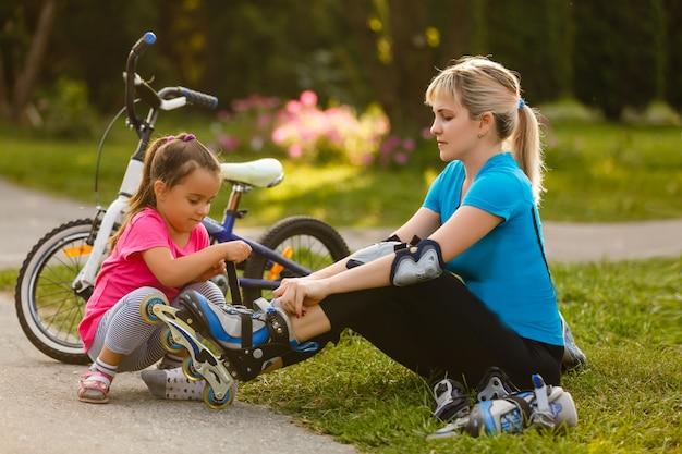 Bambina che aiuta sua madre dopo il rullo.