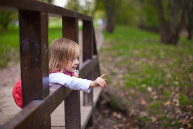 Bambina che cammina all'aperto, divertirsi e ridere