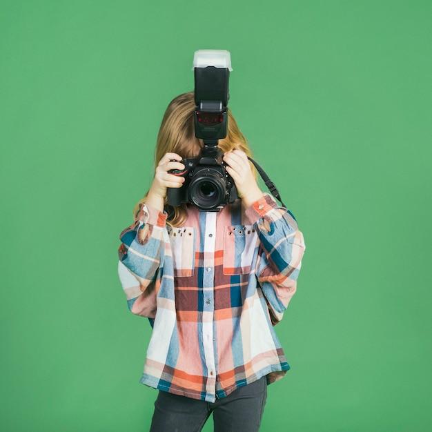 Bambina che cattura maschera con la macchina fotografica