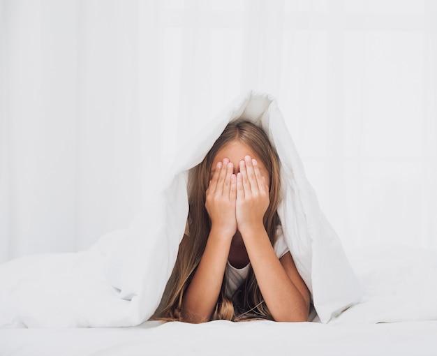 Bambina che copre gli occhi