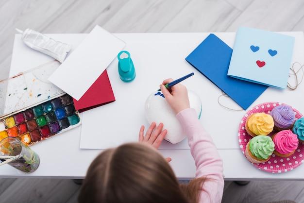 Bambina che dipinge un cuore