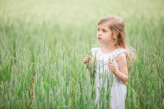 Bambina che funziona nel campo del paese in estate