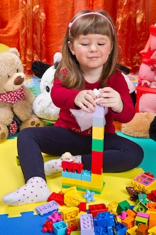 Bambina che gioca con i cubi