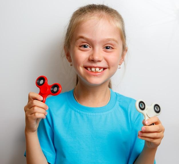 Bambina che gioca con il filatore di fidget