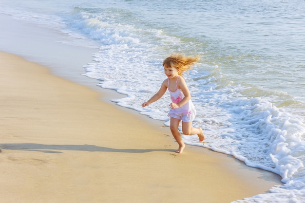 Bambina che gioca nell'oceano