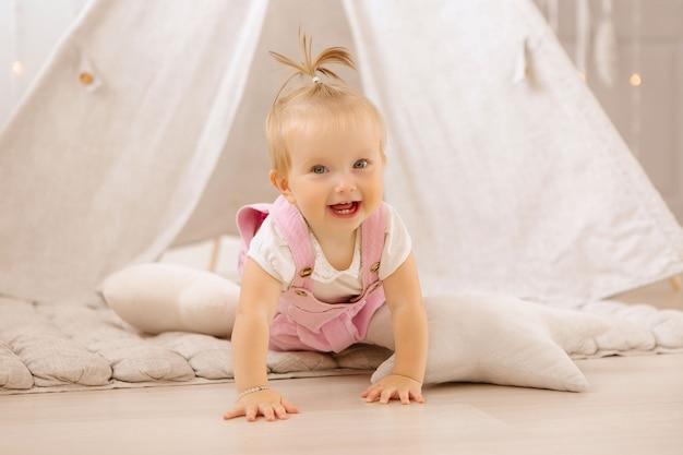 Bambina che gioca nella scuola materna