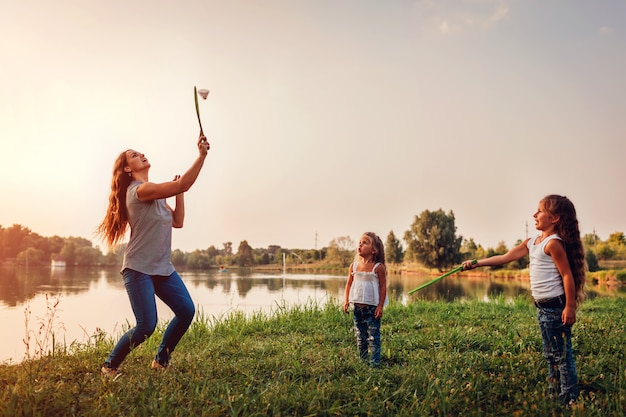 Bambina che gioca volano con la sorella nel parco di estate
