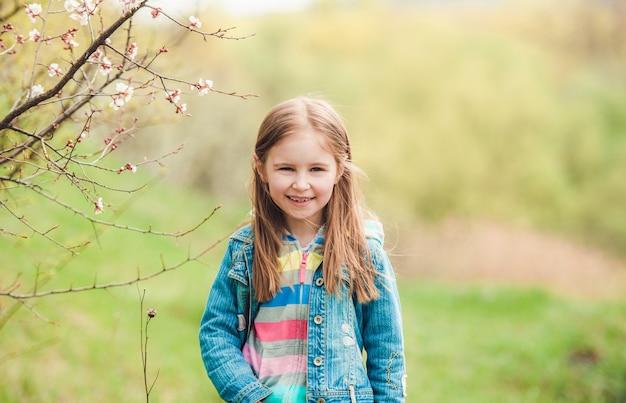 Bambina che gode del tempo libero nel parco