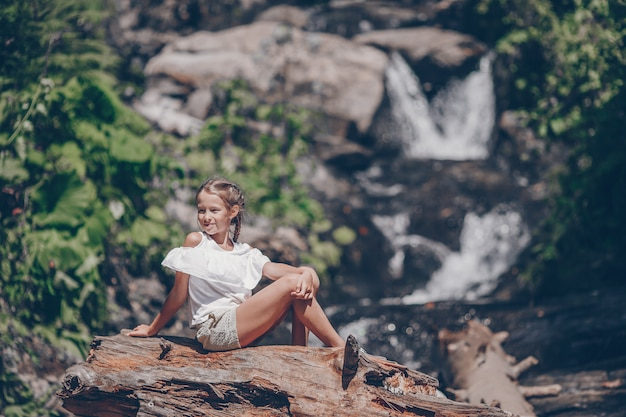 Bambina che gode della vista della cascata in krasnay poliana