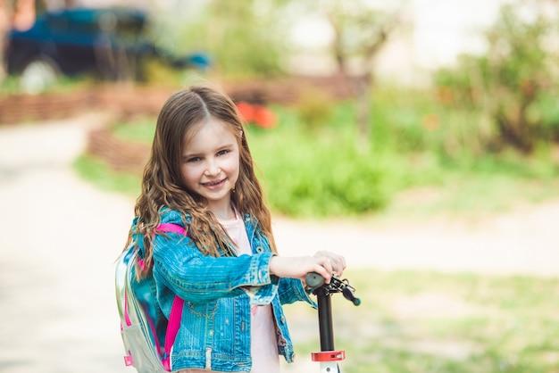 Bambina che guida su scooter