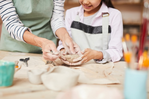 Bambina che impasta argilla