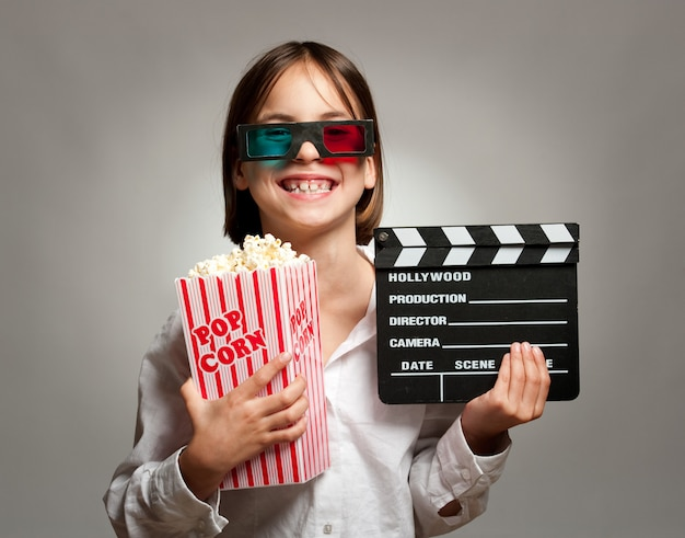 Bambina che indossa occhiali 3d