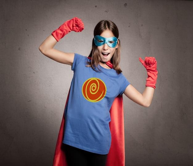 Bambina che indossa un costume da supereroe
