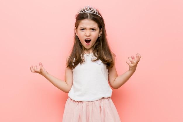 Bambina che indossa un look da principessa urlando di rabbia.