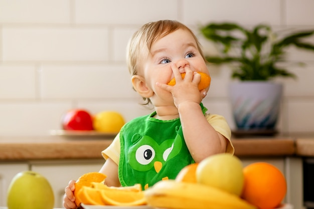 Bambina che mangia un'arancia