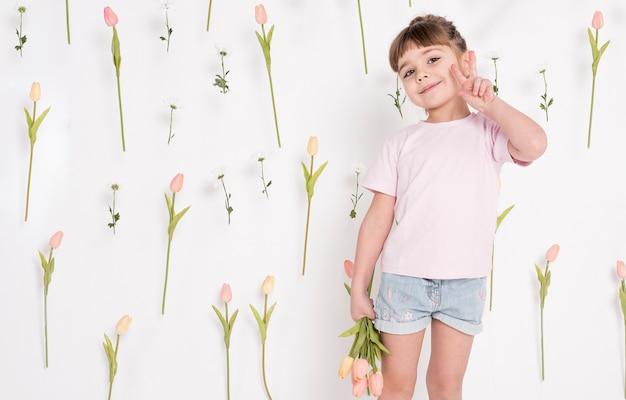 Bambina che mostra il segno di pace