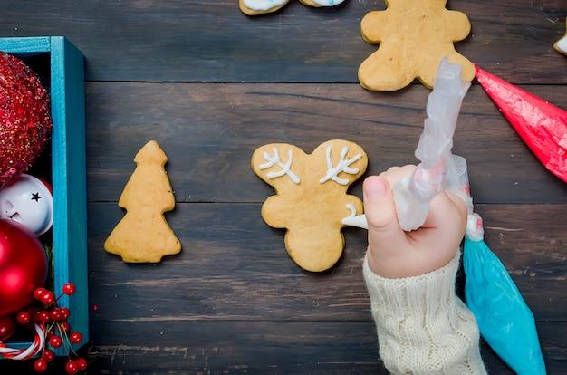 Bambina che produce i biscotti di natale
