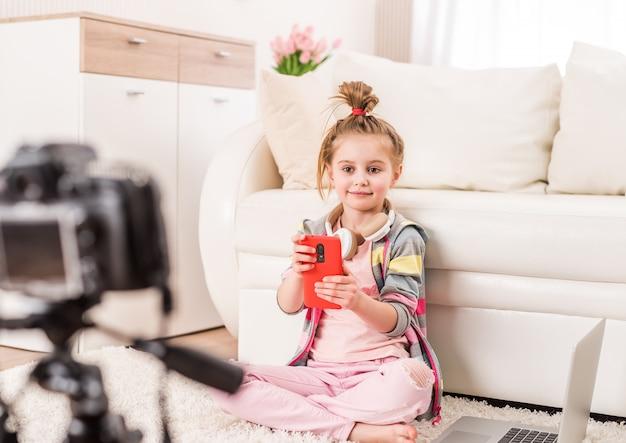 Bambina che registra video