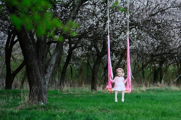 Bambina che ride su un'altalena