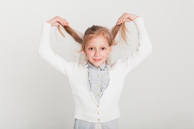 Bambina che si alza i capelli