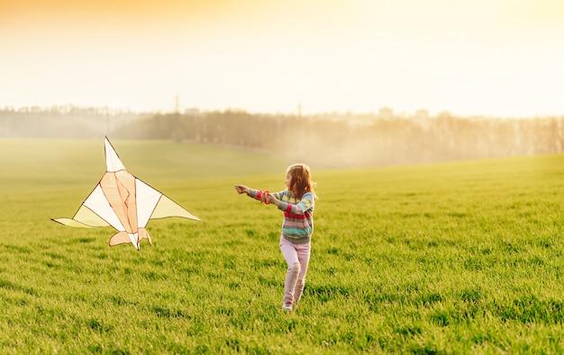 Bambina con aquilone volante