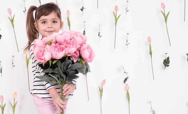 Bambina con bellissimo bouquet di rose