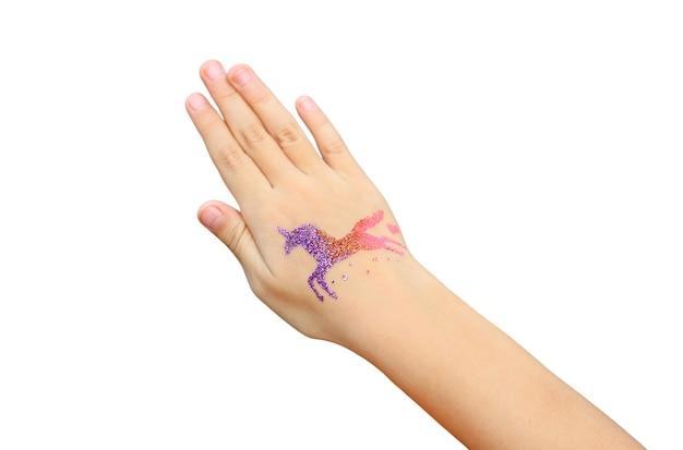 Bambina con braccio dipinto per la festa. arte del corpo.
