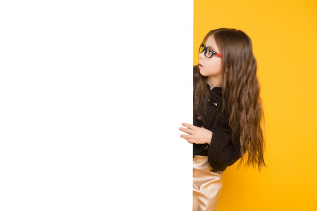 Bambina con cartello bianco