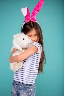 Bambina con coniglietto di pasqua