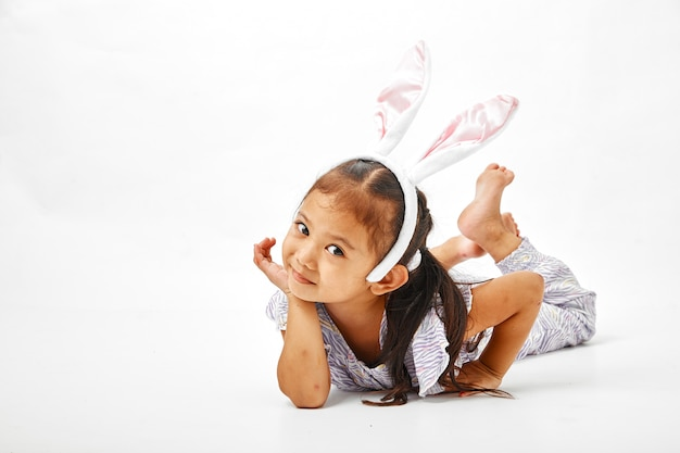 Bambina con coniglietto rosa orecchie