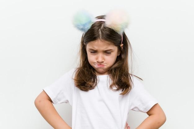 Bambina con costume e accessori divertendosi
