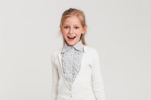 Bambina con espressione gioiosa